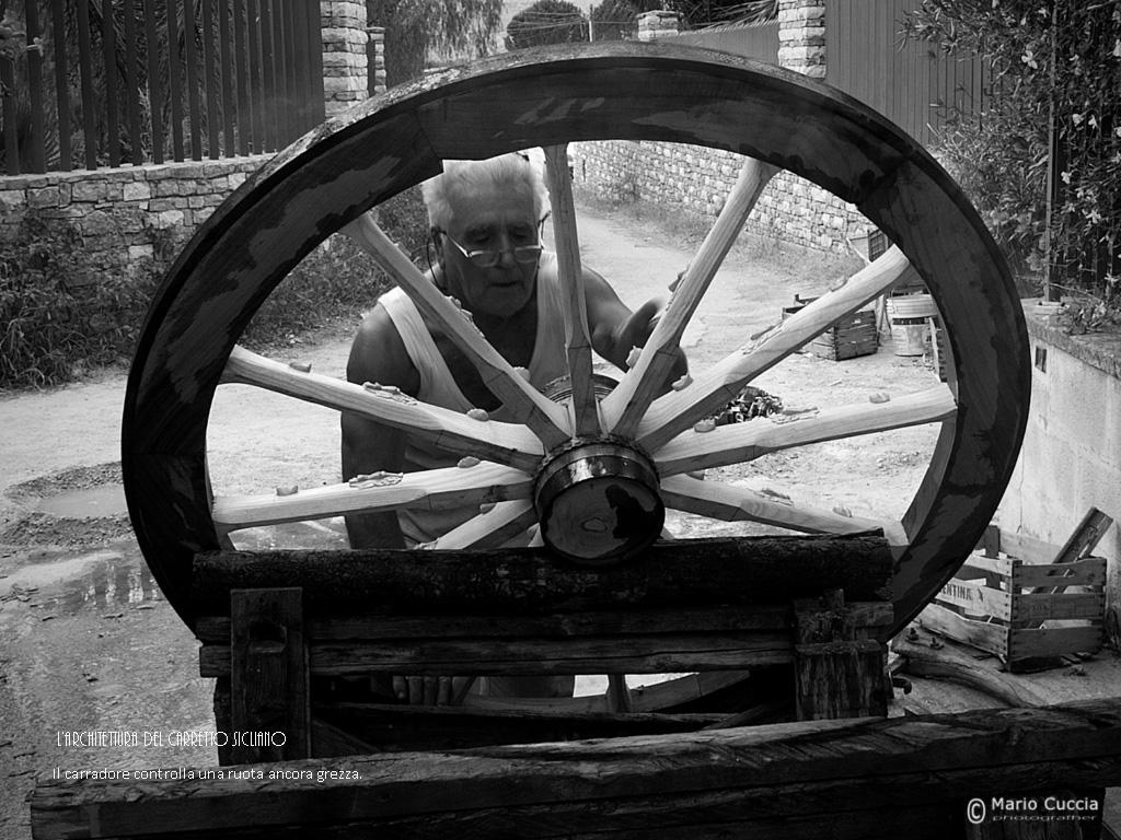 Il carradore controlla la ruota ancora grezza